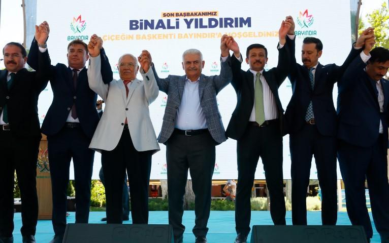 AK Parti İzmir Milletvekili Binali Yıldırım, Bayındır Belediyesi'ni ziyaret etti. Yıldırım, belediye önünde vatandaşlara seslendi. Binali Yıldırım (ortada) eski Milli Savunma Bakanı Vecdi Gönül (sol 3) AK Parti Genel Başkan Yardımcısı Hamza Dağ (sağ 3) AK Parti İzmir Milletvekilleri Mahmut Atilla Kaya (sağ 2) ve Yaşar Kırkpınar(solda) Bayındır Belediye Başkanı Uğur Demirezen (sol 2) vatandaşları selamladı.  ( Evren Atalay - Anadolu Ajansı )