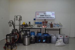 İzmir'in Aliağa ilçesinde 363 litre sahte içki ile sahte içki yapımında kullanılan malzemeler ele geçirildi. ( İl Jandarma Komutanlığı - Anadolu Ajansı )