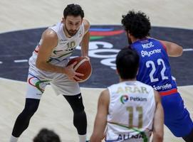 ING Basketbol Süper Ligi 11. hafta mücadelesinde Aliağa Petkimspor ile Anadolu Efes  karşılaştı. Bir pozisyonda Aliağa Petkimspor'dan Yiğitcan Turna (10) ile Anadolu Efes'ten Vasilije Micic (22) mücadele etti. ( Lokman İlhan - Anadolu Ajansı )