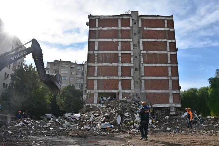 İzmir Emlak Komisyoncuları Odası Başkan Yardımcısı Gönül Vural, depremde evi hasar görenlerden emlak komisyonu alınmayacağını belirtti. Depremde yıkılan Doğanlar Apartmanının enkaz kaldırma çalışmaları sürüyor. ( Haluk Satır - Anadolu Ajansı )
