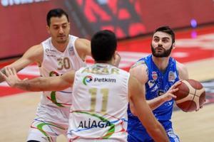 ING Basketbol Süper Ligi 16. hafta mücadelesinde Aliağa Petkimspor ile Büyükçekmece Basketbol  karşılaştı. Bir pozisyonda Büyükçekmece Basketbol'dan Matthew Thomas Farrell (5) ile Aliağa Petkimspor'dan Dorukhan Engindeniz (30) ve Ege Arar (11) mücadele etti. ( Lokman İlhan - Anadolu Ajansı )
