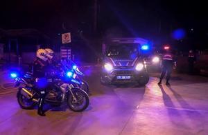 İzmir merkezli 53 il ve KKTC'de Fetullahçı Terör Örgütü'nün (FETÖ) Türk Silahlı Kuvvetleri (TSK) yapılanmasına yönelik operasyonda örgütün sözde mahrem imamlarıyla ankesörlü telefonlardan irtibat kurdukları tespit edilen 123'ü muvazzaf 184 şüpheli hakkında gözaltı kararı verildi.  ( Yusuf Soykan Bal - Anadolu Ajansı )