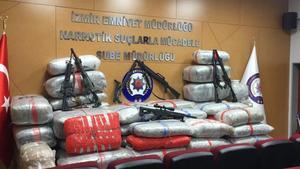 İzmir'in Aliağa ilçesinde düzenlenen ve bir jandarma binbaşının da gözaltına alındığı operasyonun, Avrupa'dan İzmir'e uzanan uyuşturucu trafiğine vurulan büyük bir darbe olduğu belirtildi. Deniz yoluyla Avrupa ülkelerinden getirilen yaklaşık 1 ton genetiği değiştirilmiş esrarı, hamal olarak kullandıkları yabancı uyruklulara taşıtan uyuşturucu satıcılarına, izinde olduğu belirlenen jandarma komutanı binbaşının nüfuzunu kullanarak öncülük ettiği öne sürüldü. Aliağa ilçesinde bir tatil köyündeki villada ele geçirilen yaklaşık 1 ton skunk (genetiği değiştirilmiş esrar) ile ilgili operasyon, Avrupa'da üretilen uyuşturucunun Türkiye rotasını deşifre etti.    ( Mustafa Yıldırım - Anadolu Ajansı )