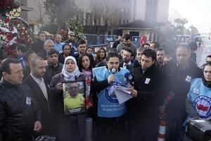 İzmir'deki terör saldırısına yönelik sivil toplum kuruluşlarının tepkileri sürüyor. Türkiye İşçi Sendikaları Konfederasyonuna (Türk-İş) bağlı Belediye-İş Sendikası üyeleri ile Memur Sendikaları Konfederasyonuna (Memur-Sen) bağlı Sağlık ve Sosyal Hizmet Çalışanları Sendikası (Sağlık-Sen) İzmir 2 Nolu Şube üyeleri, ayrı gruplar halinde İzmir Adliyesi Şehit Fethi Sekin'in şehit olduğu yere karanfil bırakarak terörü kınadı. Sağlık-Sen İzmir 2. Nolu Şube Başkanı Ekrem Özdemir (ortada) basın açıklaması yaptı. ( Tezcan Ekizler - Anadolu Ajansı )
