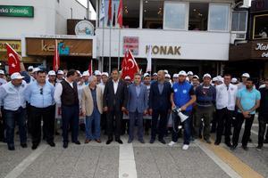 İzmir Büyükşehir Belediyesi şirketlerinden İZDENİZ AŞ ile Türk-İş Konfederasyonuna bağlı Türkiye Denizciler Sendikası arasındaki toplu iş sözleşmesi görüşmelerinden uzlaşma çıkmaması üzerine işçiler, Konak Vapur İskelesi'ne grev kararı astı.  ( Tezcan Ekizler - Anadolu Ajansı )