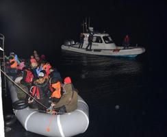 İzmir'de son üç günde yasa dışı yollarla yurt dışına çıkmaya çalışan 720 düzensiz göçmen yakalandı. ( Sahil Güvenlik Komutanlığı - Anadolu Ajansı )