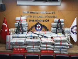 İzmir'in Aliağa ilçesinde düzenlenen operasyonda, Hakkari Çukurca İlçe Jandarma Komutanı Binbaşı B.Ö. ve Türk Silahlı Kuvvetlerinden (TSK) istifa eden bir uzman çavuşun da aralarında bulunduğu 11 zanlı gözaltına alındı, yaklaşık 1 ton uyuşturucu ele geçirildi.  ( İzmir Emniyet Müdürlüğü - Anadolu Ajansı )
