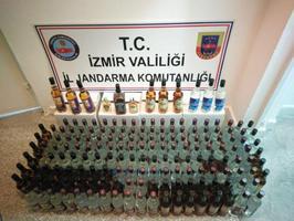 İzmir'de düzenlenen operasyonda 230 şişe sahte içki ele geçirildi.  ( İl Jandarma Komutanlığı - Anadolu Ajansı )