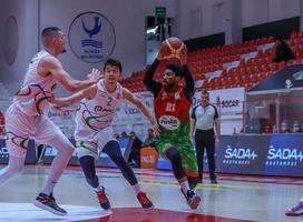 ING Basketbol Süper Ligi ekipleri Aliağa Petkimspor ile Pınar Karşıyaka, hazırlık maçında ENKA Spor Salonu'nda karşılaştı. Pınar Karşıyaka'dan Tony Taylor (21) ile Aliağa Petkimspor'dan Boran Güler (2) bir pozisyonda mücadele etti. ( Karşıyaka Spor Kulübü - Anadolu Ajansı )