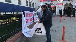 İzmir Banliyö Taşımacılığı Sistemi Ticaret A.Ş'ye (İZBAN) bağlı iş yerlerindeki grevin Cumhurbaşkanı kararıyla 60 gün süreyle ertelenmesinin ardından İZBAN'ın Alsancak İstasyonu'na asılan grev pankartları sendika üyelerince söküldü.   ( Tezcan Ekizler - Anadolu Ajansı )