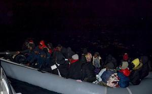 İzmir'in Çeşme ve Dikili ilçeleri açıklarında Yunanistan unsurlarınca Türk kara sularına itilen iki lastik bottaki 48 sığınmacı kurtarıldı. ( Sahil Güvenlik Komutanlığı - Anadolu Ajansı )