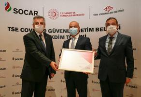 """SOCAR Türkiye Rafineri ve Petrokimya İş Birimi, yeni tip koronavirüs (Kovid-19) salgınıyla mücadele kapsamında Türk Standardları Enstitüsü (TSE) denetçilerinin detaylı kontrolünden geçerek """"TSE COVID-19 Güvenli Üretim Belgesini"""" almaya hak kazandı. Belgenin Aliağa'daki şirket merkezindeki teslim törenine Sanayi ve Teknoloji Bakan Yardımcısı Hasan Büyükdede (solda), TSE Başkanı Adem Şahin (sağda) ve SOCAR Türkiye Rafineri ve Petrokimya İş Birimi Başkanı Anar Mammadov (ortada) katıldı. ( Mahmut Serdar Alakuş - Anadolu Ajansı )"""
