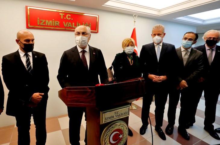 İzmir Valisi Yavuz Selim Köşger (sol 2), 30 Ekim'de yaşanan depremde hasar görmesi nedeniyle yıkılan 33 okulun iş insanlarının desteğiyle yeniden yapılacağını açıkladı. ( İzmir Valiliği - Anadolu Ajansı )