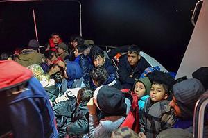 İzmir'in Dikili ilçesinde yasa dışı yollarla yurt dışına çıkmaya çalışan 52 düzensiz göçmen yakalandı. ( Sahil Güvenlik Komutanlığı - Anadolu Ajansı )