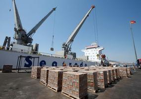 Körfez ülkelerinin abluka uyguladığı Katar'a gıda götürecek ikinci gemi, İzmir'in Aliağa ilçesindeki limanda yola çıkmaya hazırlanıyor. Kuru gıda, meyve ve sebzenin yüklendiği ikinci geminin 16 Ağustos'ta yola çıkması ve Doha Hamad Limanı'na 26 Ağustos'ta demirlemesi planlanıyor. ( Cem Öksüz - Anadolu Ajansı )