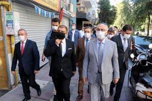 """İzmir'de İçişleri Bakanlığının valiliklere gönderdiği """"Koronavirüs Denetimleri"""" genelgesi kapsamında kent genelinde pazarlar, iş yerleri, marketler, toplu taşıma araçları, alışveriş alanları, lokantalar ve kafeteryalarda denetimler yapılıyor. Vali Yavuz Selim Köşger'in (sağ 2) Konak ilçesinde katıldığı çalışmalarda, işletmelerde sosyal mesafe kuralı, hijyen ve maske kullanımı zorunluluğuna uyulup uyulmadığı denetlendi. ( Tezcan Ekizler - Anadolu Ajansı )"""