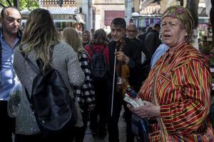 """İzmir'de 60 yaşındaki Sevgi Ruhcan, kaybettiği eşinin otantik kıyafetlerini giyip Tarihi Kemeraltı Çarşısı'nda mesir macunu satarak onun işini sürdürüyor. Tarihi Kemeraltı Çarşısı'ndaki Hisar Camisi çevresinde 17 yıldır otantik kıyafetleriyle mesir macunu satan 2 metre boyundaki """"Uzun Apo"""" lakaplı Abdullah Ruhcan, 20 gün önce kalp krizi sonucu hayatını kaybetti. Taziyelerin ardından evde tek kalan Sevgi Ruhcan, hem üzüntüsünü hafifletmek hem de yalnızlığını gidermek amacıyla eşinin işini sürdürmeye karar verdi. Ruhcan, eşinin kıyafetlerini giyerek tarihi çarşıda mesir macunu satmaya başladı.  ( Mahmut Serdar Alakuş - Anadolu Ajansı )"""