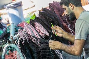 Türkiye'nin balık ihtiyacının önemli bir bölümünün karşılandığı Ege'de, balıkçılar 1 Eylül'de başlayacak sezon için hazırlıklarını sürdürüyor. Yaklaşık 6 aylık aranın ardından yeni sezon hazırlıklarının sürdüğü bölgedeki balıkçı barınaklarında denizin işçileri mavi sulara açılmak için gün sayıyor. Sabahın erken saatlerinde başlayan ağ onarımı mesaisi ise gün batınca bitiyor. ( Ömer Evren Atalay - Anadolu Ajansı )