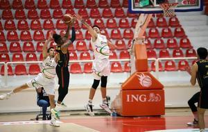 ING Basketbol Süper Ligi'nin 6. haftasında Aliağa Petkimspor ile Galatasaray ENKA Spor Salonu'nda karşılaştı. Galatasaray'dan George Hamilton (sol 2) ile Aliağa Petkimspor'dan Ege Arar (sol 3) pota altında mücadele etti. ( Aliağa Petkimspor - Anadolu Ajansı )