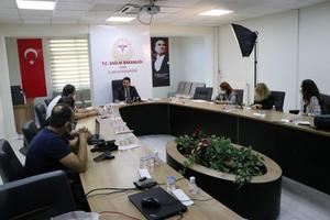 İzmir İl Sağlık Müdürü Mehmet Burak Öztop (ortada), İzmir'de ilk doz aşı uygulanan kişi sayısının 1 milyon 421 bin 862'ye ulaştığını bildirdi. Mehmet Burak Öztop, İl Sağlık Müdürlüğünde düzenlediği basın toplantısında, İzmir'in vaka sayısında 61. sıraya gerilediğini belirtti. ( Tezcan Ekizler - Anadolu Ajansı )