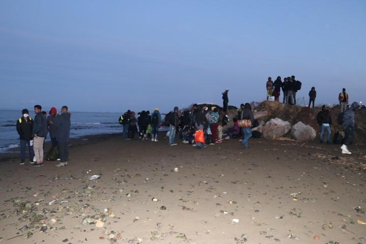 İzmir'de düzensiz göçmen hareketliliği arttı. Dün geceden bu yana Yunan adalarına geçmek isteyen düzensiz göçmenler, Ege'deki sahil bölgelerine hareket etti.  ( Yusuf Soykan Bal - Anadolu Ajansı )
