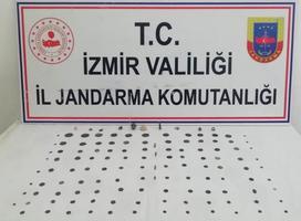 İzmir'in Aliağa ilçesindeki tarihi eser operasyonunda  farklı tarihi dönemlere ait 116 sikke, madeni ok ve madalyon ucu, hayvan figürü ile obje ele geçirildi. ( Jandarma Genel Komutanlığı - Anadolu Ajansı )