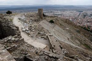 Pergamon Krallığı'nı yöneten Attalos hanedanı tarafından 2 bin 200 yıl önce yaptırılan ve Helenistik dönem anıt mimarisinin en güzel örnekleri arasında gösterilen Zeus Sunağı'nın İzmir Bergama Akropol'de sergilenmesi için çabalar sürüyor. Anadolu insanı ve dünya heykeltıraşlarının ulaştığı sanatsal yeteneğin doruğu sayılan sunağın, UNESCO Dünya Mirası asıl listesinde 999. sırada yer alan Bergama'ya iadesini isteyen Bergama Belediyesi, resmi bir talep yazısı hazırlayarak İzmir Valiliği ile Kültür ve Turizm Bakanlığına gönderdi. Yazıyla, Zeus Sunağı'nın Almanya'dan resmen geri istenme sürecinin yeniden başlatılması talep edildi. ( Mahmut Serdar Alakuş - Anadolu Ajansı )