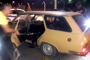 İzmir'in Kemalpaşa ilçesinde polisin kontrol noktasında durdurduğu eski model bir otomobilin arka koltuk bölümünden battaniye altına gizlenmiş yaklaşık 400 kilogram ağırlığında dana çıktı. ( İzmir Emniyet Müdürlüğü - Anadolu Ajansı )