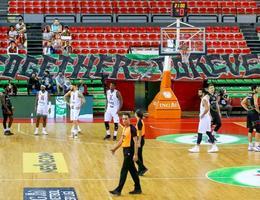 ING Basketbol Ligi'nin 3. haftasında Pınar Karşıyaka ile Aliağa Petkimspor arasında oynanan ve skorbord arızası nedeniyle bir kaç kez duran müsabakaya ara verildi. Skorbordda yaşanan sorundan dolayı yarım saat geç başlayan karşılaşma, tekrar eden arızalar nedeniyle oyun içinde de duraksamalara neden oldu. ( Mehmet Emin Mengüarslan - Anadolu Ajansı )