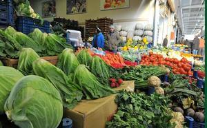 Türkiye Halciler Federasyonu (TÜRKHAL) Başkan Vekili Orhan Doğan, tüm Türkiye gibi İzmir'deki tarımsal üretimin de soğuk havadan etkilendiğini, özellikle ıspanak, pırasa ve lahanada fiyat artışlarının yüzde 100'ü bulduğunu belirtti. İzmir'in kendi ilçeleri dışında sebze ve meyve temin ettiği Aydın, Manisa ve Balıkesir'deki kış şartları nedeniyle ıspanak, brokoli, pancar, pırasa kereviz gibi kış sebzelerinin fiyatları bir önceki haftaya göre yüzde 70 ile yüzde 100 arasında arttı. ( Ahmet Bayram - Anadolu Ajansı )