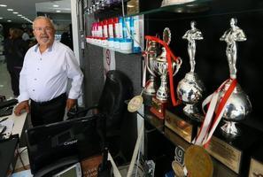 İzmir'in Karşıyaka ilçesinde yaşayan 71 yaşındaki Fadıl Gül, çocukluk çağında başladığı kuaförlük mesleğini 61 yıldır sürdürüyor. Gül, 1993 ve 1994 yıllarında Türkiye Kuaförler Şampiyonası'nda ve 1995 yılında Dünya Kuaförler Konfederasyonu'nun İtalya'nın Sicilya Adası'nda düzenlediği uluslararası yarışmada takım olarak birinci olmanın gururunu yaşadı. ( Emin Mengüarslan - Anadolu Ajansı )