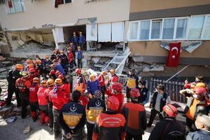 Merkez üssü Ege Denizi'nin Seferihisar açıkları olan 6,6 büyüklüğündeki depremin ardından ekipler, Bayraklı İlçesi Adalet Mahallesinde hasar gören Barış Sitesi'nde arama ve kurtarma çalışmalarına devam ediyor. Bina enkazından  bir vatandaşın cansız bedeni çıkartıldı.  ( Mahmut Serdar Alakuş - Anadolu Ajansı )