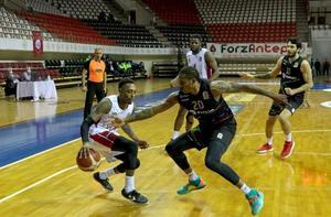 ING Basketbol Süper Ligi'nin 25. haftasında Empera Halı Gaziantep Basketbol ile Aliağa Petkimspor karşılaştı. Bir pozisyonda, Empera Halı Gaziantep Basketbollu Hayes (solda), Aliağa Petkimsporlu Wimbush (sağda) ile mücadele etti. ( Fırat Özdemir - Anadolu Ajansı )