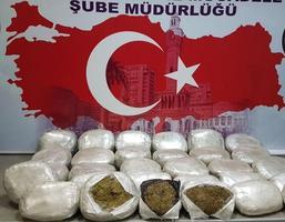İzmir'in Menemen ilçesinde durdurulan kamyonda, boş sebze kasaları arasına gizlenmiş 120 kilogram esrar ele geçirildi. ( İzmir Emniyet Müdürlüğü - Anadolu Ajansı )
