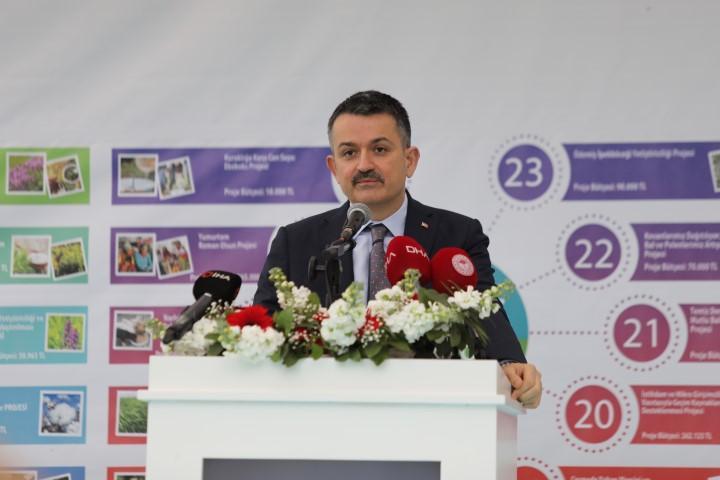 Tarım ve Orman Bakanı Bekir Pakdemirli İzmir'in Menemen ilçesindeki Ege Tarımsal Araştırma Enstitüsünde İzmir 2021 Yılı Projeleri Lansmanına katılarak konuşma yaptı. ( Lokman İlhan - Anadolu Ajansı )