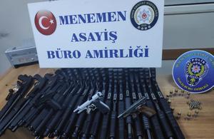 İzmir'in Menemen ilçesinde düzenlenen silah kaçaklığı operasyonunda bir şüpheli gözaltına alındı. Şüphelinin adresinde yapılan aramada 21 pompalı tüfek ele geçirildi. ( İlçe Emniyet Müdürlüğü - Anadolu Ajansı )
