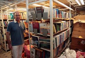 İzmir'de bir asırdır hizmet vermeye devam eden, Türkiye'nin altı derleme kütüphanesinden biri olan İzmir Milli Kütüphanenin raflarında yer kalmadığı için yeni basılan eserler çuvallarda ve kolilerde okuyucuya ulaşacakları günü bekliyor. İzmir Milli Kütüphane Vakfı Başkanı Ulvi Puğ, AA muhabirine açıklamalarda bulundu. ( Mahmut Serdar Alakuş - Anadolu Ajansı )