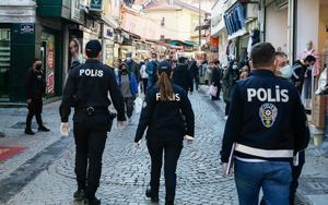 İzmir'de polis ve belediye ekiplerince, vatandaşların kalabalık şekilde bulunduğu yerlerde yoğunlaştırılmış denetim yapıldı. Denetimlerde polis ekiplerince maske zorunluluğu ve hijyen tedbirleri kontrol edildi.  ( Ömer Evren Atalay - Anadolu Ajansı )