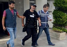 İzmir'in Urla ilçesinde, cezaevinden kaçan bir tutuk G.G.U. polisin operasyonuyla yakalandı.  ( Göksel Kayseri - Anadolu Ajansı )