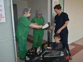 İzmir'de Sağlık Bilimleri Üniversitesi Tepecik Eğitim ve Araştırma Hastanesi'nde, ameliyat edilecek çocuklar akülü arabalarla ameliyathaneye götürülerek korku ve endişelerinin eğlenceli bir oyuna dönüşmesi sağlanıyor. (  İzmir Kuzey Kamu Hastaneleri Birliği Genel Sekreterliği - Anadolu Ajansı )