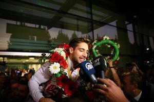 Almanya'nın Stuttgart kentinde gerçekleştirilen şampiyonada, halka aleti finalinde 14.933'lük derecesiyle şampiyon olup, cimnastikte büyüklerde altın madalya kazanan ilk Türk sporcu olarak tarihe geçen İbrahim Çolak (fotoğrafta) ile şampiyonada dünya ikincisi olan Ahmet Önder ve olimpiyat kotası alan Ferhat Arıcan ile Nazlı Savranbaşı İzmir'e geldi.  Çok sayıda vatandaş, İzmir Adnan Menderes Havalimanı'nda Türk bayraklarıyla sporcuları karşıladı. ( Halil Fidan - Anadolu Ajansı )