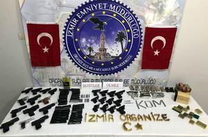İzmir'in Menemen ilçesinde bir kişi, evinde kurduğu düzenekle kurusıkıdan dönüştürerek tabanca ürettiği suçlamasıyla tutuklandı. Adrese düzenlenen operasyonda 23 tabanca, 22 tabanca sürgüsü, 42 namlu ve 621 mermi ele geçirildi.  ( İzmir Emniyet Müdürlüğü - Anadolu Ajansı )