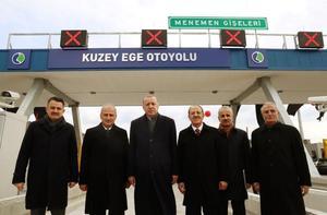 Türkiye Cumhurbaşkanı Recep Tayyip Erdoğan (sol 3), İzmir'de Menemen-Aliağa-Çandarlı otoyolu açılışı törenine katıldı. Törene Tarım ve Orman Bakanı Bekir Pakdemirli de (solda) katıldı. ( Cumhurbaşkanlığı / Murat Çetinmühürdar - Anadolu Ajansı )