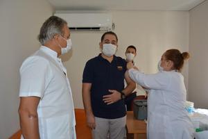 Çin'den getirilen yeni tip koronavirüs (Kovid-19) aşısı, Sağlık Bilimleri Üniversitesi (SBÜ) İzmir Tepecik Eğitim ve Araştırma Hastanesinde gönüllü sağlık çalışanlarına uygulanmaya başlandı.  ( SBÜ Tepecik Eğitim ve Araştırma Has - Anadolu Ajansı )