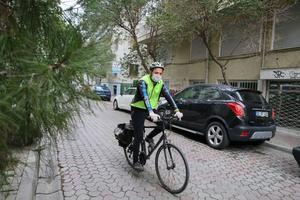 İzmir'de yaklaşık 40 kişiden oluşan BisiDestek ekibi, yeni tip koronavirüs (Kovid-19) nedeniyle sokağa çıkması kısıtlananların ihtiyaçlarını bisikletleriyle karşılıyor. Yardıma ihtiyacı olanlara eldiven ve maske takarak ulaşan gönüllüler, siparişleri aldıktan sonra alışveriş yapıyor ve hijyen kurallarına dikkat ederek kapıya kadar getiriyor.  ( Mehmet Emin Mengüarslan - Anadolu Ajansı )