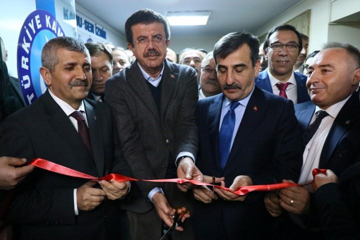 AK Parti İzmir Büyükşehir Belediye Başkan Adayı Nihat Zeybekci (sol2) Türkiye Kamu-Sen İzmir Şubesi'nin açılışında bir konuşma yaptı.  ( Muhammed Temim Hocaoğlu - Anadolu Ajansı )