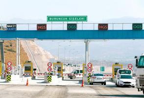 İzmir'de önemli sanayi ve turizm merkezlerinin bulunduğu kuzey aksında trafik sorununa önemli ölçüde çözüm sağlayacak Menemen - Aliağa - Çandarlı Otoyolunda sona yaklaşıldı. İzmir'de Petkim, Tüpraş, demir çelik fabrikaları, limanlar ve organize sanayi bölgelerinin bulunduğu Aliağa güzergahı ile Foça'daki turizm merkezlerinin hızlı ulaşım ihtiyacının karşılanması amacıyla 15 Şubat 2017'de ihalesi yapılan Koyundere-Menemen-Aliağa-Çandarlı Otoyolu Projesi, yüzde 90 oranında tamamlandı.  ( Evren Atalay - Anadolu Ajansı )