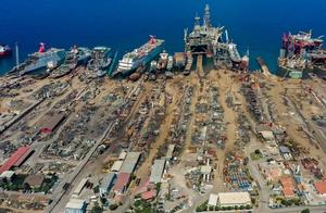 İzmir Çevre ve Şehircilik İl Müdürlüğünden Aliağa'daki Gemi Geri Dönüşüm Sanayi Bölgesi'nin etrafında asbest tespit edildiği yönündeki iddialarla ilgili yapılan açıklamada, asbest söküm işlemlerinin uzman ekipler tarafından denetim altında yapıldığı ve atıkların kapalı ortamda depolanmasının ardından bertaraf edildiği bildirildi. Kuru yük gemilerinden tankerlere, savaş gemilerinden yüzen otellere kadar çok farklı kullanım amaçlarına hizmet eden dev gemiler, ömürlerini tamamladıktan sonra Aliağa'daki gemi geri dönüşüm bölgesinde ekonomiye kazandırılıyor. ( Halil Fidan - Anadolu Ajansı )