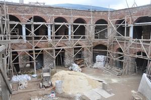 Aydınoğlu Beyliğine başkentlik yapan Tire ilçesinde bulunan yaklaşık 600 yıl önce inşa edilen ve geçirdiği yangın sonrası metruk hale gelen Kutu Han'ın eski günlerine kavuşturulması için 2 yıl önce başlatılan restorasyon çalışmaları devam ediyor.   ( Dilek Ayvalı - Anadolu Ajansı )