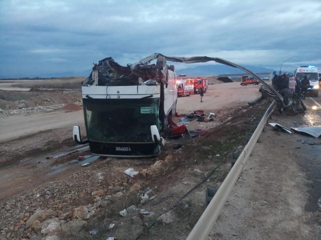 İzmir'in Bergama ilçesinde, işçileri taşıyan servis otobüsü ile otomobilin çarpışması sonucu 25 kişi yaralandı. İzmir-Çanakkale kara yolu Zeytindağ Mahallesi Işıklar mevkisinde, Tacim Keklik'in kullandığı 34 ANB 882 plakalı otomobil, Şeref Görgülü idaresindeki, işçileri taşıyan 35 S 01216 plakalı servis otobüsüyle çarpıştı. Çarpışmanın etkisiyle otobüs devrildi. Kazada, otobüste bulunan işçilerden 20'si ile otomobildeki 5 kişi yaralandı. ( Jandarma - Anadolu Ajansı )